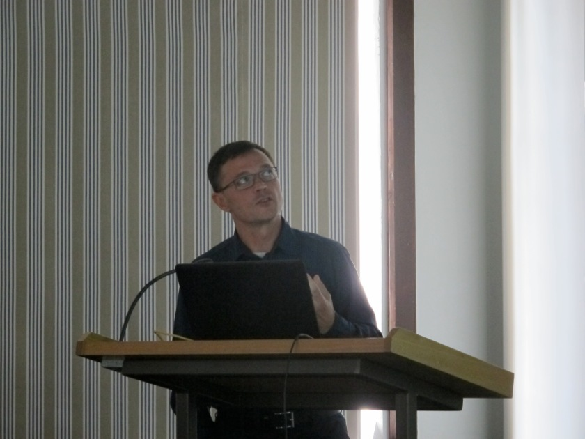 Philip Verhagen in the flow of his presentation on dynamic settlement models in the Netherlands and France